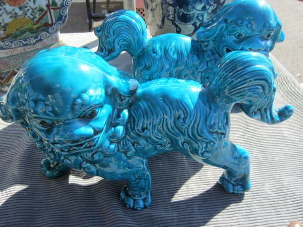 You can never go wrong with a pair of turquoise foo dogs.